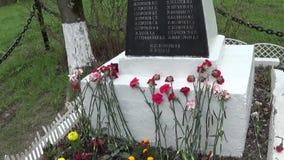 Het massagraf van militairen stierf in de grote Patriottische Oorlog Moskou, dorp Uzkoe Het schieten van datum 7 kan 2017 Panoram stock videobeelden