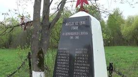 Het massagraf van militairen stierf in de grote Patriottische Oorlog Moskou, dorp Uzkoe Het schieten van datum 7 kan 2017 Panoram stock video