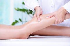 Het masseren van het menselijke been Royalty-vrije Stock Afbeeldingen