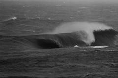 Het massieve Golf Breken op Ondiepe Ertsader Zwart-witte 2 Royalty-vrije Stock Afbeelding