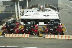 Het materiaal en de bussen van de sneeuwopheldering bij Luchthaven stock afbeeldingen