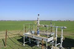 Het materiaal en de technologieën op olievelden Oliebron stock foto's