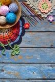 Het materiaal om te breien en haaknaald, kleurrijk regenboog katoenen garen, bal van draden, wol, breide elementen, servet oma royalty-vrije stock foto's