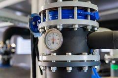 Het materiaal van het boiler-huis, kleppen, buizen, drukmaten, thermometer Sluit omhoog van manometer, pijp, stroommeter, water royalty-vrije stock foto's