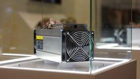 Het materiaal van de Cryptocurrencymijnbouw - ASIC - toepassing-specifieke geïntegreerde schakeling op landbouwbedrijftribune bij stock videobeelden