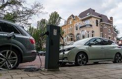 Het materiaal van de elektrisch voertuigdienst op de straten van Nederland stock afbeeldingen