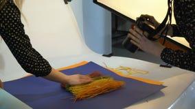 Het materiaal van de de fotografiecamera van het coulissevoedsel stock videobeelden
