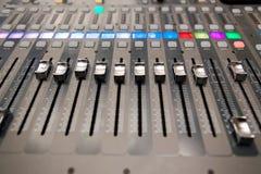 Het materiaal van de opnamestudio Professionele audio het mengen zich console Stock Afbeelding
