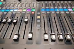 Het materiaal van de opnamestudio Professionele audio het mengen zich console Stock Afbeeldingen