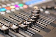 Het materiaal van de opnamestudio Professionele audio het mengen zich console Stock Foto
