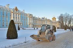 Het materiaal van de sneeuwverwijdering dichtbij Catherine Palace in de winter duw Stock Afbeeldingen