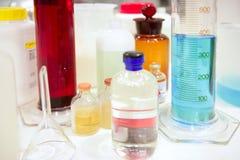 Het materiaal van het laboratorium, glascilinder, kleurrijke vloeistoffen Royalty-vrije Stock Fotografie