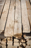 Het Materiaal van het timmerhout om Huis in Arm Land te bouwen Stock Afbeelding