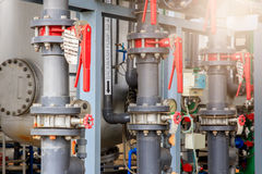 Het materiaal van olieraffinage, Detail van oliepijpleiding met kleppen in grote olieraffinaderij, industriezone Royalty-vrije Stock Afbeeldingen