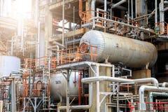 Het materiaal van olieraffinage, Detail van oliepijpleiding met kleppen in grote olieraffinaderij, industriezone Royalty-vrije Stock Fotografie