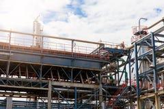 Het materiaal van olieraffinage, Detail van oliepijpleiding met kleppen in grote olieraffinaderij, industriezone Stock Afbeelding