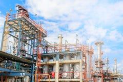 Het materiaal van olieraffinage, Detail van oliepijpleiding met kleppen in grote olieraffinaderij, industriezone Stock Foto's