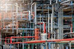 Het materiaal van olieraffinage, Detail van oliepijpleiding met kleppen in grote olieraffinaderij, industriezone Stock Afbeeldingen