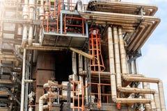 Het materiaal van olieraffinage, Detail van oliepijpleiding met kleppen in grote olieraffinaderij, industriezone Stock Fotografie