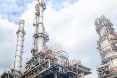 Het materiaal van olieraffinage, Detail van oliepijpleiding met kleppen in grote olieraffinaderij, industriezone Royalty-vrije Stock Afbeelding