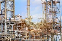 Het materiaal van olieraffinage, Detail van oliepijpleiding met kleppen in grote olieraffinaderij, industriezone Stock Foto