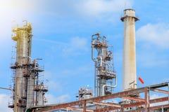 Het materiaal van olieraffinage, Detail van oliepijpleiding met kleppen in grote olieraffinaderij, industriezone Royalty-vrije Stock Foto's