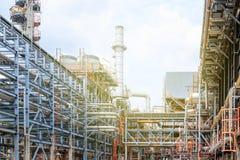 Het materiaal van olieraffinage, Detail van oliepijpleiding met kleppen in grote olieraffinaderij, industriezone Royalty-vrije Stock Foto