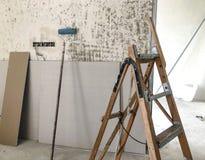 Het materiaal voor reparaties in een flat remodelleert in aanbouw het herbouwen en vernieuwing stock afbeeldingen