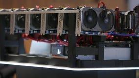 Het materiaalinstallatie van de Cryptocurrencymijnbouw - veel gpukaarten op mainboard stock footage