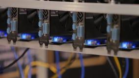Het materiaalinstallatie van de Cryptocurrencymijnbouw - veel gpukaarten op mainboard stock videobeelden