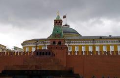 Het mausoleum van Lenin, en de Senaat die van de Senaatstoren op Rood Vierkant voortbouwen Stock Foto