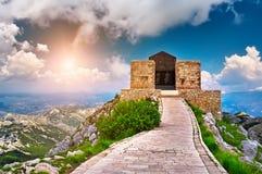 Het mausoleum van Njegos op de bovenkant van Lovcen wordt gevestigd die Royalty-vrije Stock Foto's