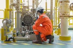 Het mechanische van de oliepomp van de specialistencontrole centrifugaaltype en de gebruikswalkie-talkie spreken aan centrale con stock foto