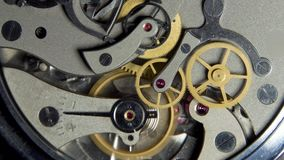Het mechanisme van analoge uren Werkend klokmechanisme Foto dichte omhooggaand stock footage