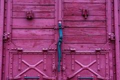 Het mechanisme van het deurslot op houten rood spoorwegvervoer royalty-vrije stock foto's