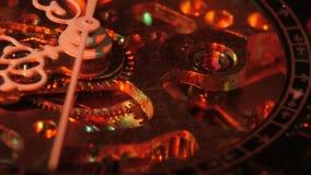 Het mechanisme van het horloge Notulenhand Sluit omhoog stock footage