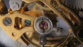 Het mechanisme van het horloge Toestellen mechanische klok Sluit omhoog stock video