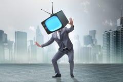 Het media zombieconcept met de mens en TV-reeks in plaats van hoofd Stock Foto's
