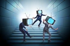 Het media zombieconcept met de mens en TV-reeks in plaats van hoofd Stock Afbeelding