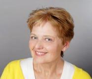 Het medio oude vrouw glimlachen stock afbeelding