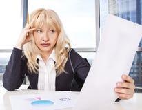 Het medio volwassen vrouwenwerk met documenten Stock Foto