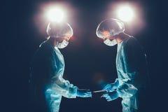 Het medisch teamziekenhuis die handeling uitvoeren Groep chirurg aan het werk in werkend theaterruimte Gezondheidszorg royalty-vrije stock afbeelding