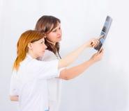 Het medische team van twee bestudeert een röntgenstraal Stock Fotografie