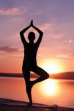 Het mediteren bij zonsopgang Stock Foto