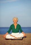 Het mediteren door het overzees Stock Foto's
