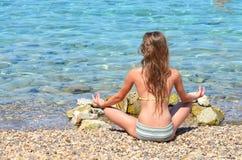 Het mediteren door ziet Stock Afbeeldingen