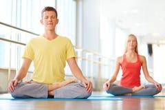 Het mediteren in gymnastiek stock afbeeldingen