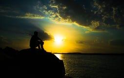 Het mediteren op de rivier Stock Fotografie