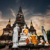 Het mediteren van Buddhas in Wat Yai Chai Mongkhon Ayutthaya, Thailand stock foto's