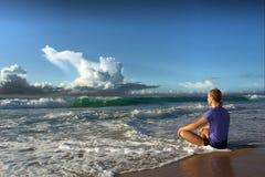 Het mediteren van de jonge mens ziet grote golf onder ogen Stock Fotografie